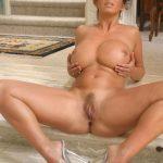 femme nue exhibe sexe dans le 37